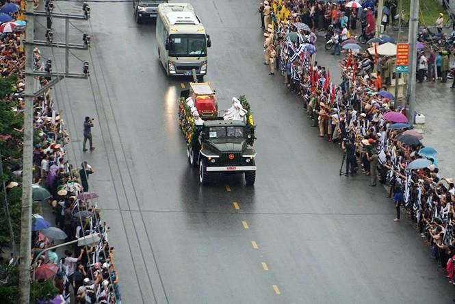 Nghìn người đội mưa đón linh cữu Chủ tịch nước về quê nhà - ảnh 5