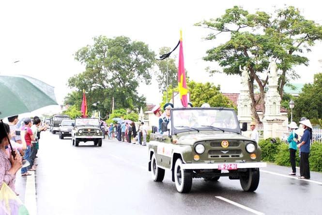Nghìn người đội mưa đón linh cữu Chủ tịch nước về quê nhà - ảnh 8