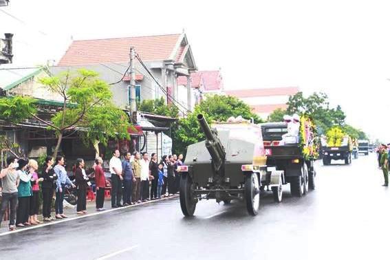 Nghìn người đội mưa đón linh cữu Chủ tịch nước về quê nhà - ảnh 9