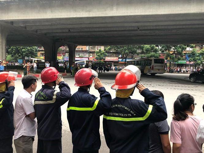 Hình ảnh đoàn xe chở linh cữu Chủ tịch nước trên các tuyến phố Hà Nội - ảnh 17