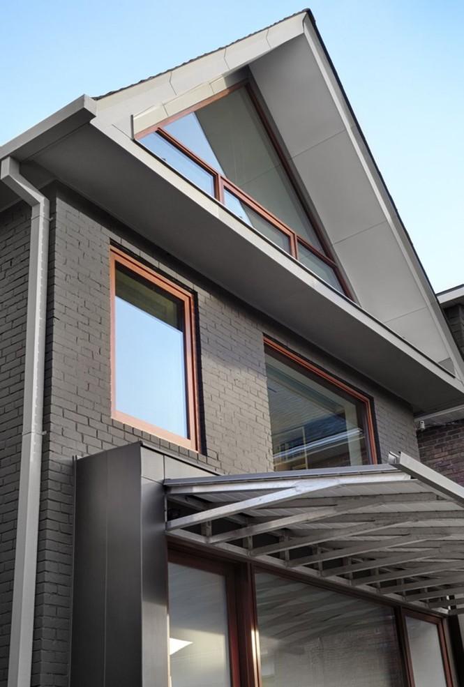 Mẫu nhà mái tam giác 2 tầng đẹp long lanh với chi phí thấp - ảnh 2