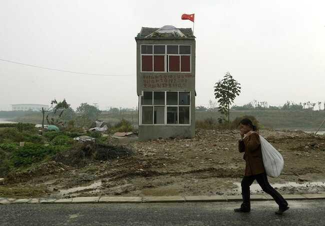 Những ngôi nhà 'vô duyên' giữa đường, có tiền cũng khó phá - ảnh 12