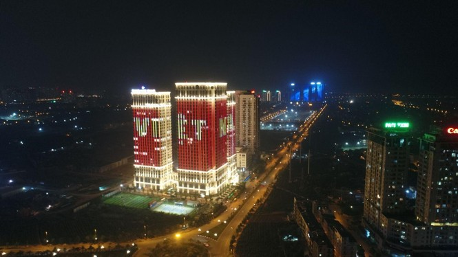 Việt Nam vô địch, hàng loạt tòa nhà 'nhuộm đỏ' quốc kỳ cả đêm - ảnh 1