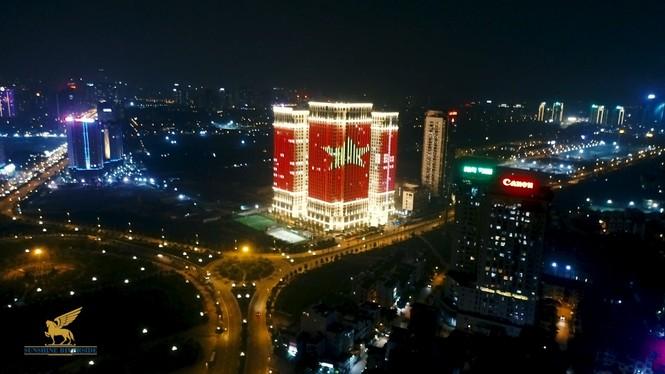 Việt Nam vô địch, hàng loạt tòa nhà 'nhuộm đỏ' quốc kỳ cả đêm - ảnh 2