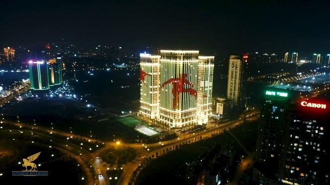 Việt Nam vô địch, hàng loạt tòa nhà 'nhuộm đỏ' quốc kỳ cả đêm - ảnh 3