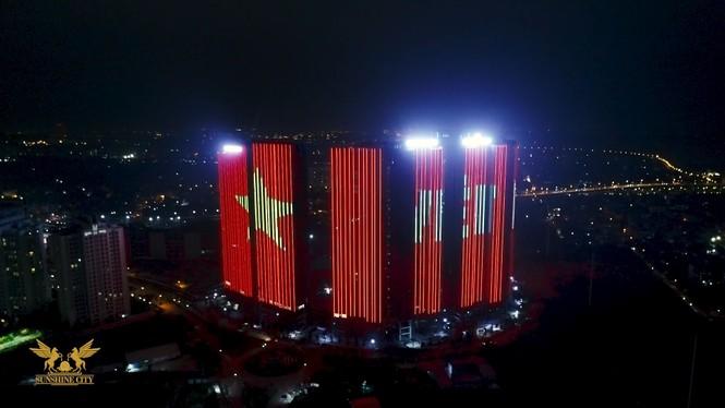 Việt Nam vô địch, hàng loạt tòa nhà 'nhuộm đỏ' quốc kỳ cả đêm - ảnh 4