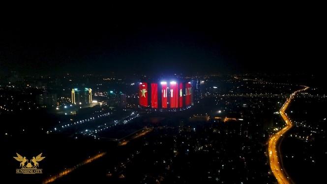 Việt Nam vô địch, hàng loạt tòa nhà 'nhuộm đỏ' quốc kỳ cả đêm - ảnh 5