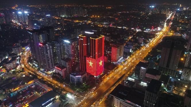 Việt Nam vô địch, hàng loạt tòa nhà 'nhuộm đỏ' quốc kỳ cả đêm - ảnh 6