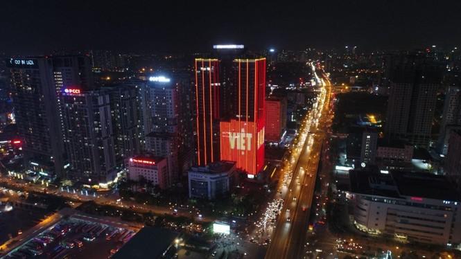 Việt Nam vô địch, hàng loạt tòa nhà 'nhuộm đỏ' quốc kỳ cả đêm - ảnh 7