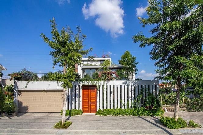 Mê mẩn ngôi nhà 3 tầng đan xen khu vườn xanh mướt - ảnh 1