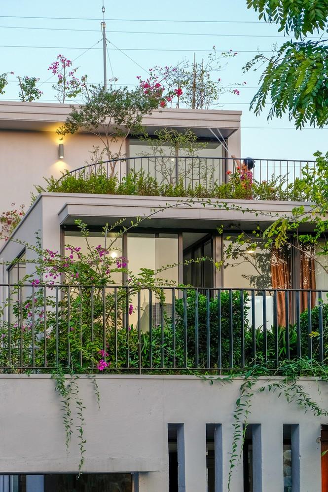 Mê mẩn ngôi nhà 3 tầng đan xen khu vườn xanh mướt - ảnh 2