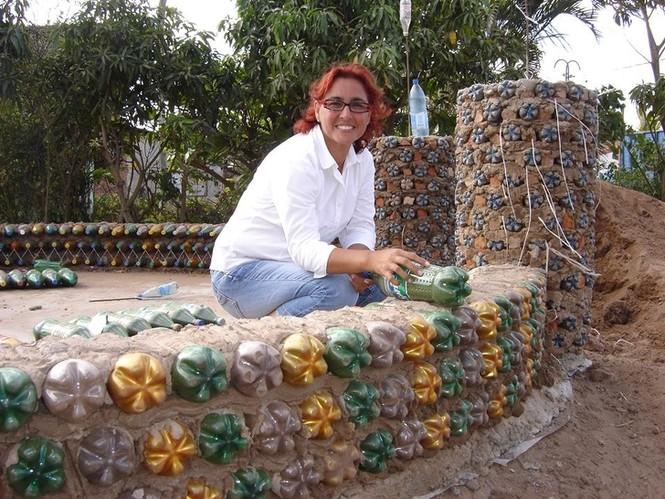Độc đáo ngôi nhà xây từ những chai nhựa bỏ đi - ảnh 5