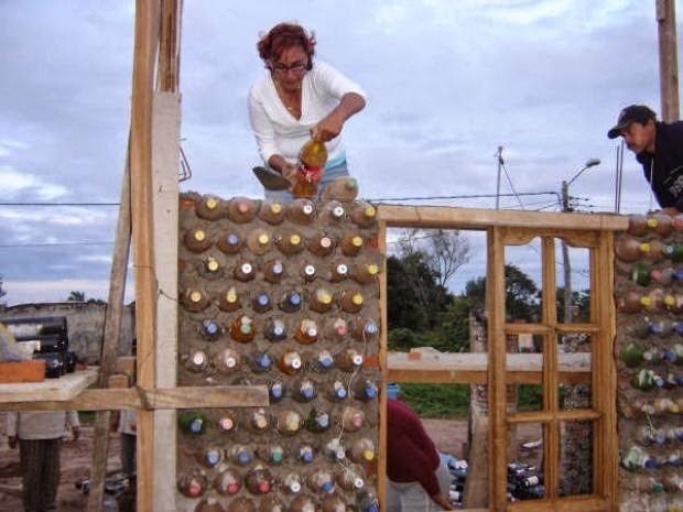 Độc đáo ngôi nhà xây từ những chai nhựa bỏ đi - ảnh 1