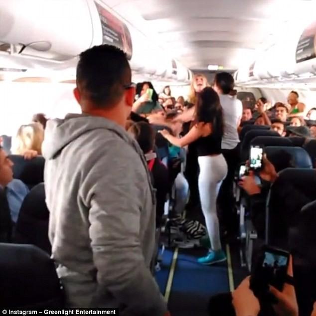 Hỗn chiến trên máy bay vì mở nhạc ồn ào - ảnh 1