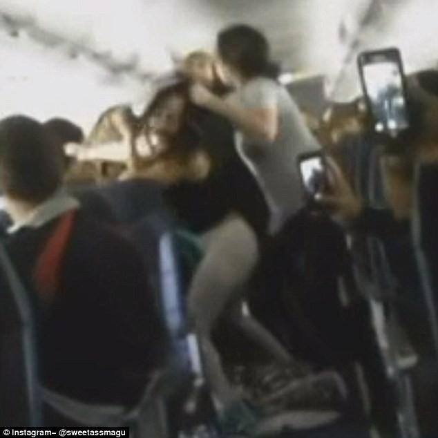 Hỗn chiến trên máy bay vì mở nhạc ồn ào - ảnh 2