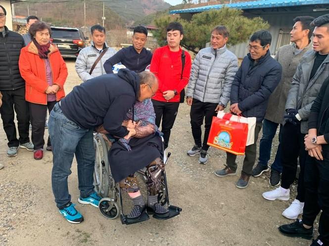 Cảm động hình ảnh HLV Park Hang Seo về thăm mẹ già  - ảnh 1