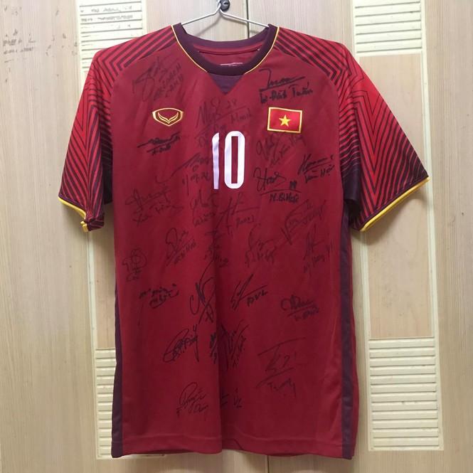 Đấu giá áo đấu tuyển Việt Nam, ủng hộ tình nguyện viên gặp nạn - ảnh 1