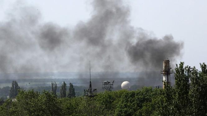 Quân đội Ukraine không kích sân bay Donetsk - ảnh 1