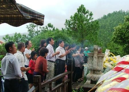 Hàng vạn người đội mưa viếng mộ Đại tướng dịp Tết độc lập - ảnh 1