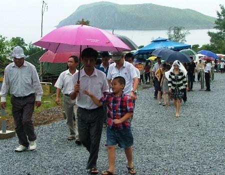 Hàng vạn người đội mưa viếng mộ Đại tướng dịp Tết độc lập - ảnh 10