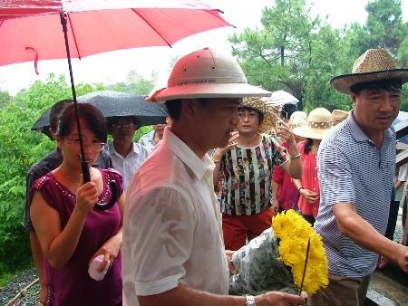 Hàng vạn người đội mưa viếng mộ Đại tướng dịp Tết độc lập - ảnh 6
