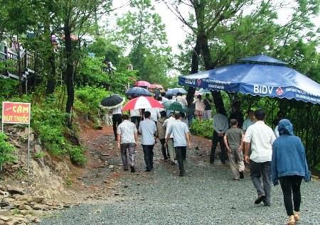 Hàng vạn người đội mưa viếng mộ Đại tướng dịp Tết độc lập - ảnh 9