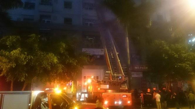 Bắc thang cứu người mắc kẹt ở chung cư cháy lớn - ảnh 2