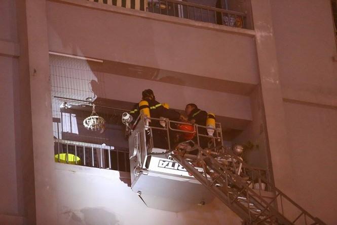 Bắc thang cứu người mắc kẹt ở chung cư cháy lớn - ảnh 4