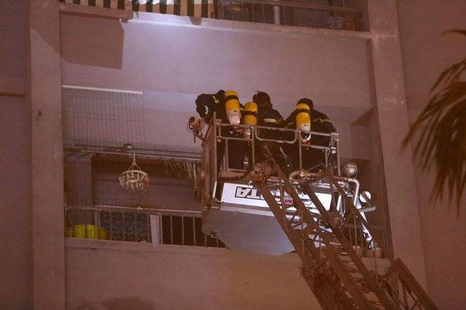Bắc thang cứu người mắc kẹt ở chung cư cháy lớn - ảnh 5
