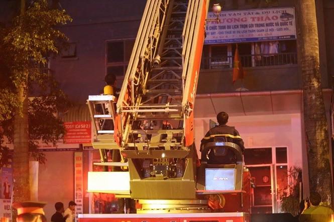 Bắc thang cứu người mắc kẹt ở chung cư cháy lớn - ảnh 6