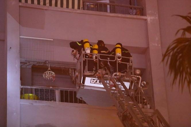 Bắc thang cứu người mắc kẹt ở chung cư cháy lớn - ảnh 8