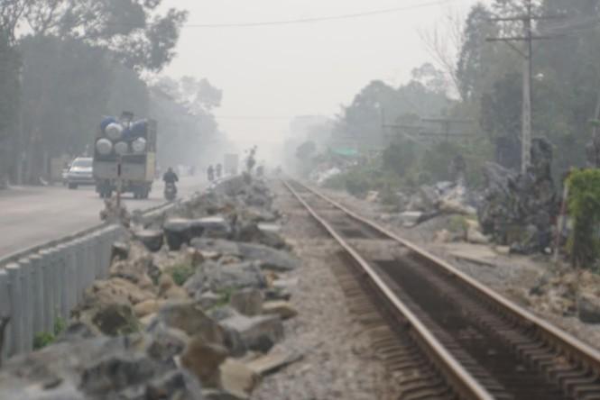 Gấp rút cẩu đá nặng hàng tấn 'giải cứu' đường tàu ở Hà Nam - ảnh 3