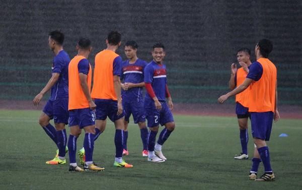 Tuyển Việt Nam đội mưa luyện công chờ đấu Campuchia - ảnh 1