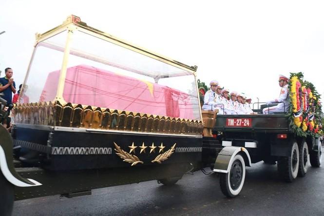 Nghìn người đội mưa đón linh cữu Chủ tịch nước về quê nhà - ảnh 12