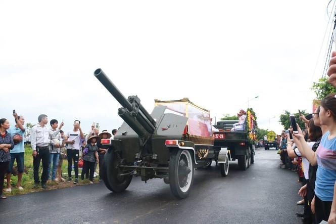 Nghìn người đội mưa đón linh cữu Chủ tịch nước về quê nhà - ảnh 13