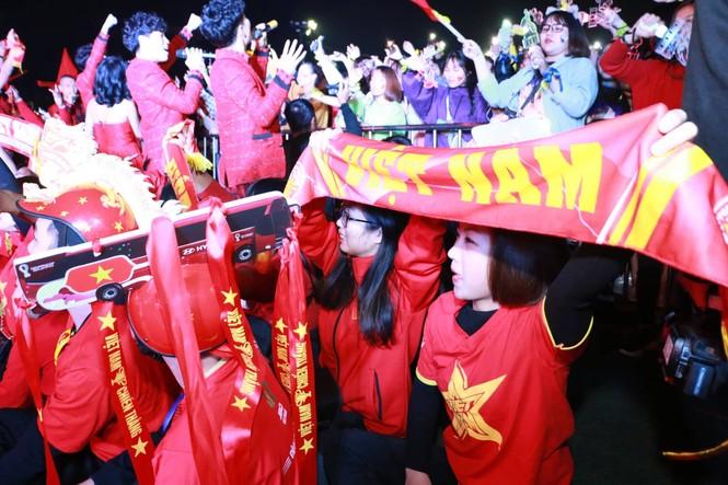Triệu cổ động viên hò reo ăn mừng U22 Việt Nam vô địch SEA Games 30 - ảnh 44