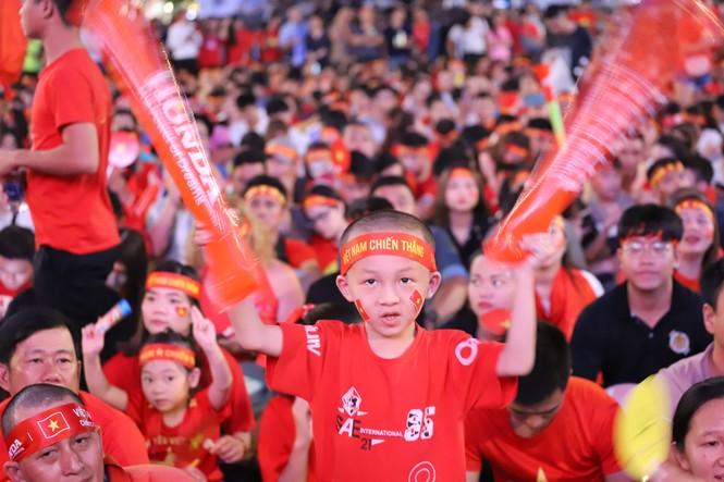 Triệu cổ động viên hò reo ăn mừng U22 Việt Nam vô địch SEA Games 30 - ảnh 29