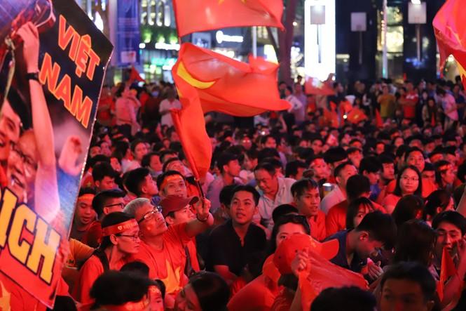 Triệu cổ động viên hò reo ăn mừng U22 Việt Nam vô địch SEA Games 30 - ảnh 30