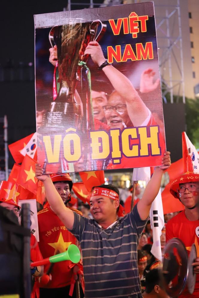 Triệu cổ động viên hò reo ăn mừng U22 Việt Nam vô địch SEA Games 30 - ảnh 32