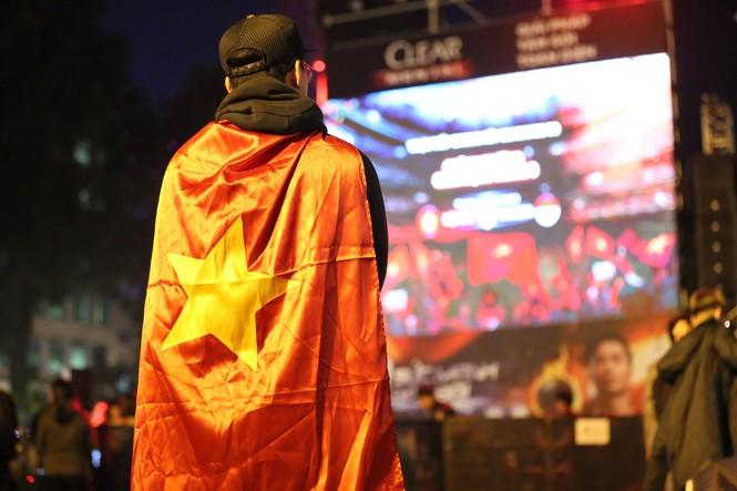 Triệu cổ động viên hò reo ăn mừng U22 Việt Nam vô địch SEA Games 30 - ảnh 47