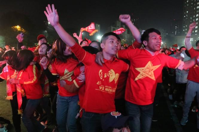 Triệu cổ động viên hò reo ăn mừng U22 Việt Nam vô địch SEA Games 30 - ảnh 15