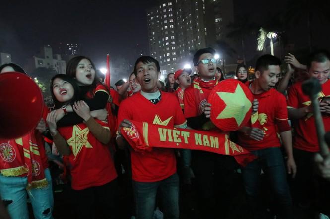 Triệu cổ động viên hò reo ăn mừng U22 Việt Nam vô địch SEA Games 30 - ảnh 16