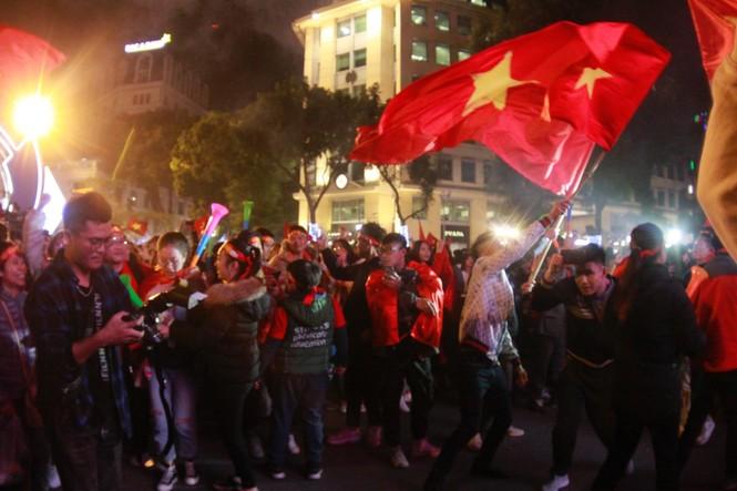 Triệu người xuống đường, phố phường rợp cờ ăn mừng U22 Việt Nam vô địch - ảnh 41