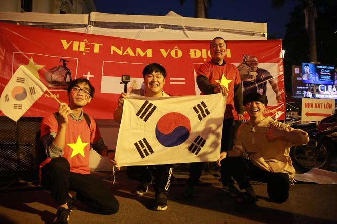 Triệu cổ động viên hò reo ăn mừng U22 Việt Nam vô địch SEA Games 30 - ảnh 51