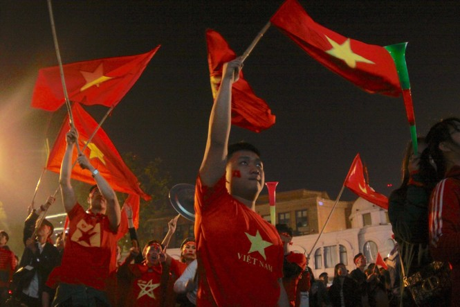 Triệu người xuống đường, phố phường rợp cờ ăn mừng U22 Việt Nam vô địch - ảnh 42
