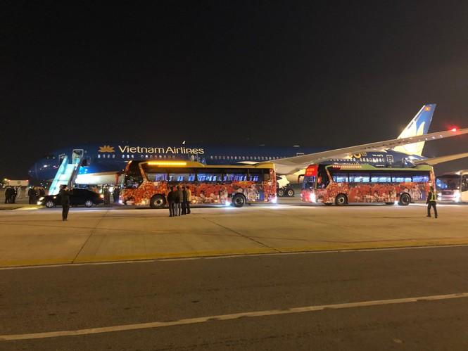 Các nhà vô địch SEA Games về đến Hà Nội - ảnh 16
