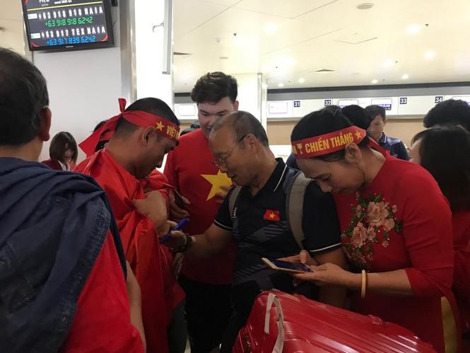 Các nhà vô địch SEA Games về đến Hà Nội - ảnh 58