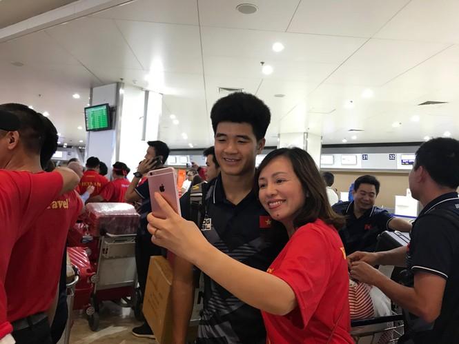 Các nhà vô địch SEA Games về đến Hà Nội - ảnh 59