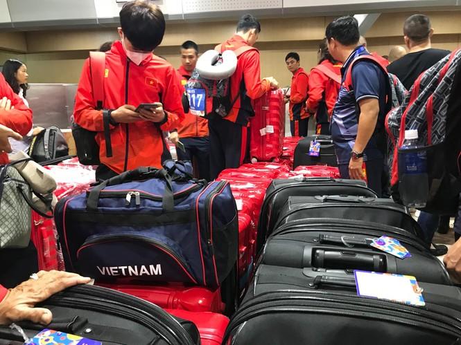 Các nhà vô địch SEA Games về đến Hà Nội - ảnh 54