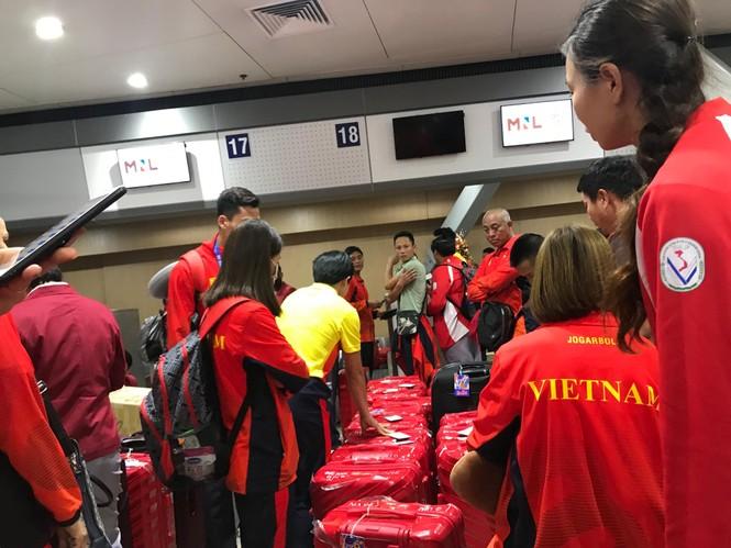 Các nhà vô địch SEA Games về đến Hà Nội - ảnh 55